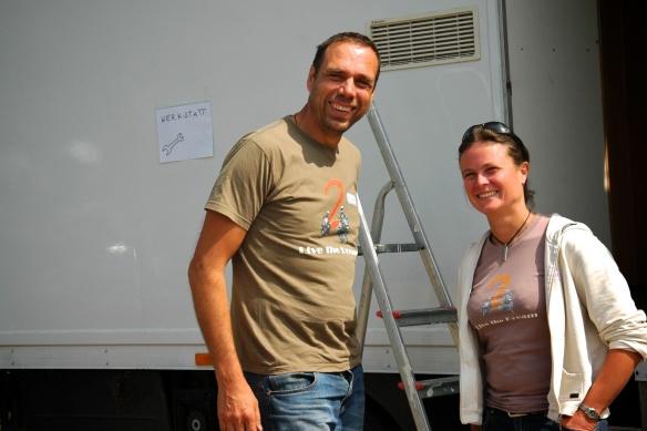 Heike und Filippo vor ihrem LKW